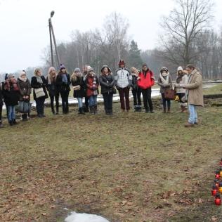 """25 février 2013. Cérémonie du souvenir en mémoire des juifs déportés de Soissons. Lecture du poème de Primo Levu """"Si c'est un homme"""". Bougies à la mémoire des 27 déportés et assassinés Juifs du Soissonnais. Bunker II Birkenau"""