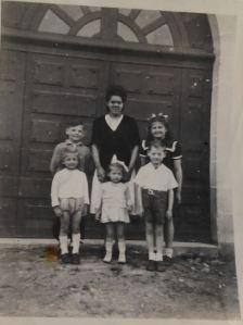 Marguerite, la nourrice des enfants Knoll en 1945 devant leur domicile, rue des Chaperons-Rouges à Soissons, après 2 années cachés en région parisienne, à Boulogne-Billancourt dans un vieux magasin désaffecté.