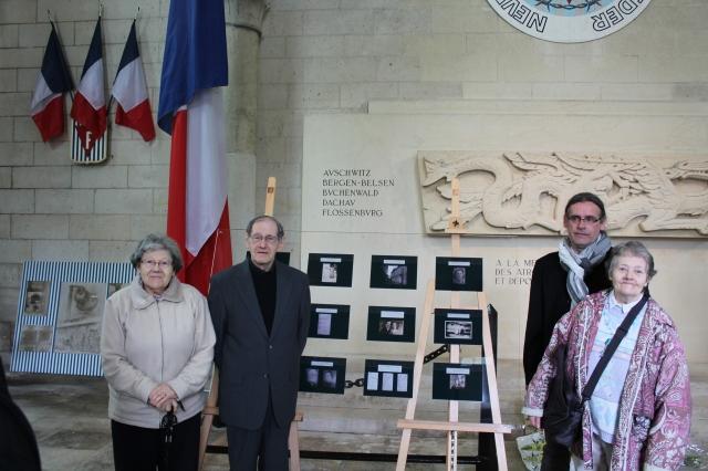 Micheline, Nathan, Clairette Lewkowicz et moi-même devant le panneau que la mairie a réalisé avec les visages des déportés (ou fiches d'internement pour ceux où je n'ai pu retrouver de portraits pendant mes recherches jusqu'à aujourd'hui).