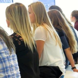 Assis sur une banquette, mes élèves écoute la guide du Mémorial, racontant l'histoire du camp de Drancy.