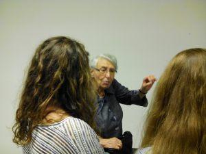 Les élèves posent des questions à Yvette Levy à la fin de son témoignage.