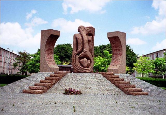 Sculpture commérative de Schelomo Selinger devant la cité de la Muette (camp de Drancy) sur l'esplanade Charles de Gaulle.