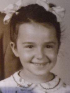 Viviane Bich, en 1947 aux États-Unis, après le retour de ses parents des camps de Birkenau et de Monowitz.