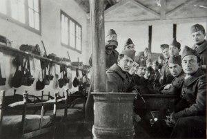 Engagés volontaires du 21e RMVE dans une baraque du camp d'instruction militaire du Barcarès (Pyrénées-orientales). [France, 1939-1940. - © Mémorial de la Shoah / UEVACJ-EA.]