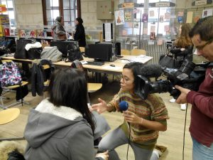 Hélène Renaux, de France 3 Picardie, s'entretient avec Camille (élève de Terminale). CDI Lycée Saint-Rémy Soissons (18/12/2015).