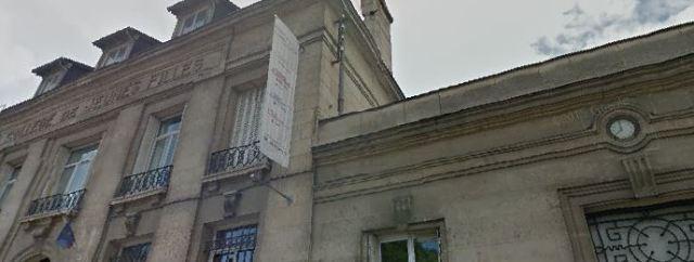 Toujours sur le fronton du lycée Camille Claudel, l'inscription « Collège de Jeunes Filles » et toujours, à droite, l'horloge qui indique 8 heures.