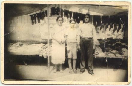 (ill.2) Bella, Charles et Jankiel Wajsfelner devant leur étal au marché. [Source : Dominique Natanson http://d-d.natanson.pagesperso-orange.fr/index.html]