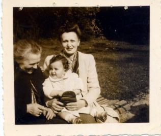 Rebecca Aisinzon avec sa fille Sophie et sa petite fille Viviane (été--automne 1941). [Collection privée, Viviane Harif].