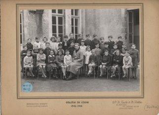 Collège de Cosne 1942-1943. La classe à 3 niveaux de Madame Camuzet. Paul Cégretin est dans le rang du milieu, 3è à gauche de la photo avec l'écharpe nouée autour du cou. [Fonds privé de monsieur Paul Cégretin, copie donnée à l'auteur].