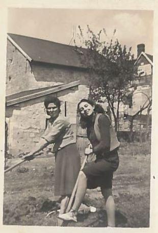 Plus tard après la guerre, Pauline adolescente avec sa maman Rebecca dans la maison de Corcy. [Collection particulière].