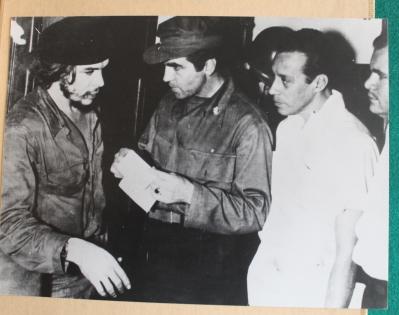 """Jean Contenté au côté d'Ernesto """"Che"""" Guevara. Ici au PC du Che à la forteresse """"La Cabana"""" à La Havane au début de l'insurrection cubaine en janvier 1959. [Collection particulière]."""