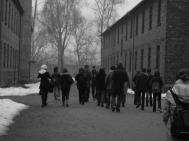 3 mars 2009. mes élèves à Auschwitz I (stammlager) entre deux blocks.
