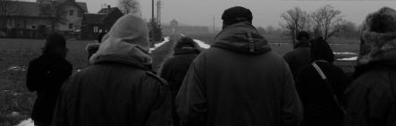 3 mars 2009. mes élèves se rapprochant de l'entrée du camp d'Auschwitz II Birkenau depuis la Judenrampe.