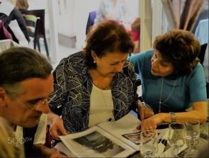 Denise et Liliane Liwer consultent les photographies que je possède sur leurs familles avant et pendant la guerre.