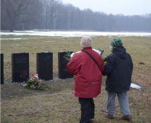 Clairette et Micheline (à droite) déposent une gerbe de fleurs à l'endroit où périt leur maman le 2 septembre 1942.