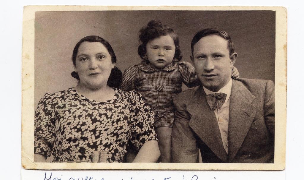 Chaja (née Wajsfelner), Abraham Goldsztajn et leur fille Suzanne, vers 1937-38 [Source : Mémorial de la Shoah, cote MXII_20986, coll. Suzanne Charak]
